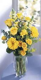 Sinop hediye sevgilime hediye çiçek  sari güller ve gerbera cam yada mika vazo