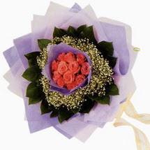 12 adet gül ve elyaflardan   Sinop online çiçek gönderme sipariş