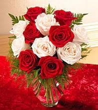 Sinop çiçek mağazası , çiçekçi adresleri  5 adet kirmizi 5 adet beyaz gül cam vazoda