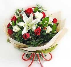 güller ve kazablanklardan görsel bir buket  Sinop cicekciler , cicek siparisi