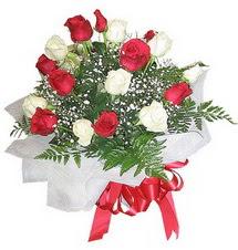 Sinop çiçekçiler  12 adet kirmizi ve beyaz güller buket