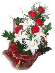 Sinop çiçek gönderme sitemiz güvenlidir  5 adet kirmizi gül 1 adet kazablanka çiçegi buketi