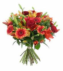 Sinop çiçekçi mağazası  3 adet kirmizi gül ve karisik kir çiçekleri demeti