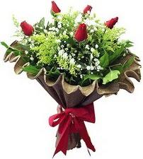 Sinop hediye sevgilime hediye çiçek  5 adet kirmizi gül buketi demeti