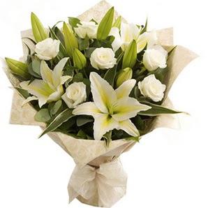 Sinop güvenli kaliteli hızlı çiçek  3 dal kazablanka ve 7 adet beyaz gül buketi