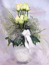 Sinop hediye sevgilime hediye çiçek  9 adet vazoda beyaz gül - sevdiklerinize çiçek seçimi