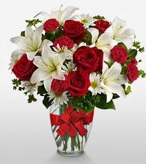 Eşsiz vazo tanzimi güller kazablankalar  Sinop hediye sevgilime hediye çiçek