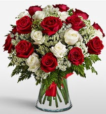 Vazoda 12 kırmızı 12 beyaz gül tanzimi  Sinop çiçek mağazası , çiçekçi adresleri