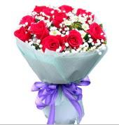 12 adet kırmızı gül ve beyaz kır çiçekleri  Sinop online çiçek gönderme sipariş