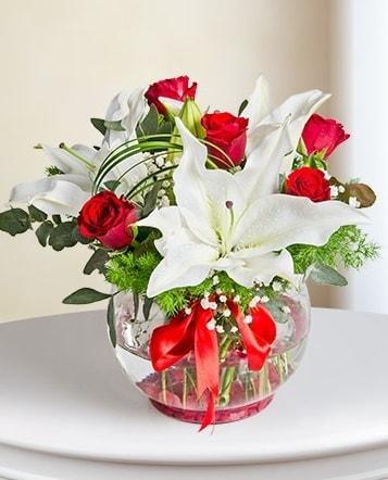 Fanus Vazoda 2 Lilyum ve 5 Gül Dansı  Sinop çiçekçi mağazası