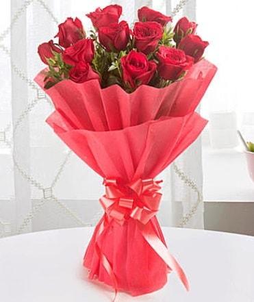 12 adet kırmızı gülden modern buket  Sinop hediye çiçek yolla