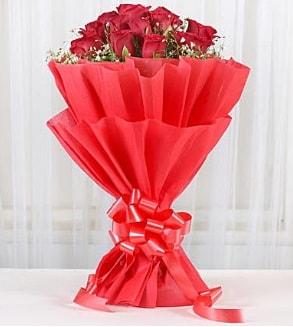 12 adet kırmızı gül buketi  Sinop çiçek siparişi vermek