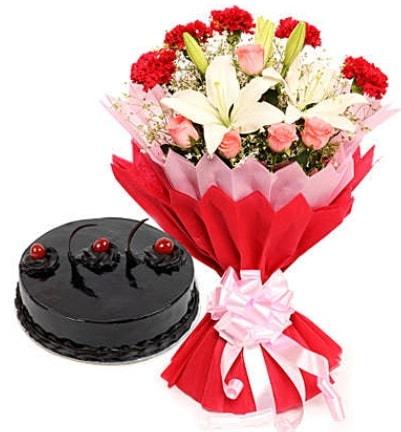 Karışık mevsim buketi ve 4 kişilik yaş pasta  Sinop online çiçek gönderme sipariş